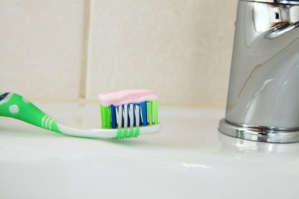 Зубная паста против царапин на очках
